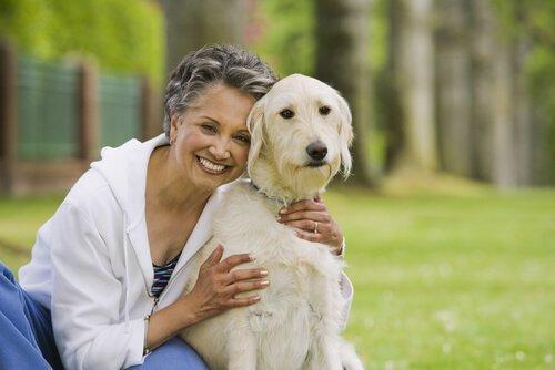 Пожилые люди и собаки
